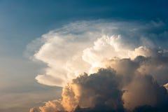 Ελαφρύς όμορφος ουρανός βραδιού με τα θυελλώδη σύννεφα Στοκ φωτογραφίες με δικαίωμα ελεύθερης χρήσης