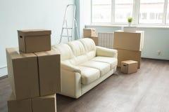 Ελαφρύ δωμάτιο με τον καναπέ και τα κιβώτια που προετοιμάζονται για την κίνηση Στοκ Εικόνες