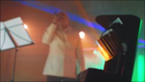 Ελαφρύ επικέντρων θολωμένο συναυλία υπόβαθρο τρόπου ζωής μουσικής συναυλίας αναδρομικό Πρεσβύτερος ένας ηληκιωμένος που τραγουδά  απόθεμα βίντεο