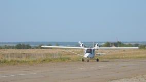 Ελαφρύ ιδιωτικό twin-engined αεροπλάνο αεροσκαφών στο διάδρομο φιλμ μικρού μήκους