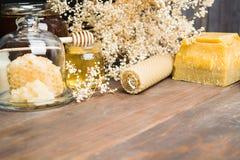 Ελαφρύ και σκοτεινό μέλι με το κερί κεριών και μέρος του κεριού με το αντίγραφο s Στοκ φωτογραφία με δικαίωμα ελεύθερης χρήσης