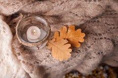 Ελαφρύ, ρόδινο μαντίλι κεριών σε ένα ξύλινο υπόβαθρο Διάθεση χειμερινού cosiness, τοπ άποψη, άνετο βράδυ χειμερινού φθινοπώρου στοκ φωτογραφίες