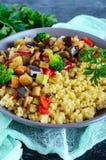 Ελαφρύ υγιές διαιτητικό vegan πιάτο: κουσκούς και λαχανικά Στοκ εικόνες με δικαίωμα ελεύθερης χρήσης
