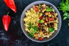 Ελαφρύ υγιές διαιτητικό vegan πιάτο: κουσκούς και λαχανικά Στοκ εικόνα με δικαίωμα ελεύθερης χρήσης