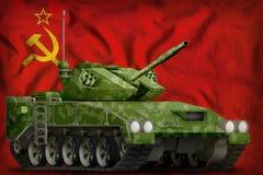 Ελαφρύ apc δεξαμενών με τη θερινή κάλυψη εικονοκυττάρου στη Σοβιετική Ένωση SSSR, υπόβαθρο εθνικών σημαιών της ΕΣΣΔ 9 Μαΐου, έννο Στοκ εικόνες με δικαίωμα ελεύθερης χρήσης