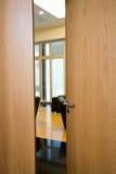 Ελαφρώς ανοιγμένη πόρτα Στοκ Φωτογραφία