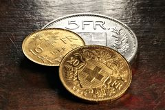 Ελβετικά ασημένια και χρυσά νομίσματα στοκ εικόνες