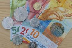 Ελβετικά τραπεζογραμμάτια και νομίσματα στοκ εικόνες