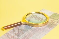 Ελβετικά τραπεζογραμμάτια 1000 φράγκων κάτω από την ενίσχυση - γυαλί Στοκ εικόνα με δικαίωμα ελεύθερης χρήσης