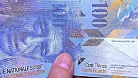 Ελβετικά χρήματα †«100 CHF, φράγκα σεντ - ιριδίζον λωρίδα ολογραφικό λωρίδα τραπεζογραμματίων †«, λεπτομέρεια απόθεμα βίντεο