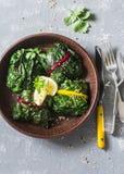 Ελβετικά chard πακέτα Chard φύλλα που γεμίζονται με turmeric τις φακές και τα λαχανικά Χορτοφάγος υγιής έννοια τροφίμων Σε ένα γκ Στοκ εικόνα με δικαίωμα ελεύθερης χρήσης