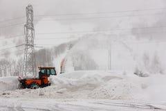 Ελβετική εργασία αφαίρεσης χιονιού τον κρύο χειμώνα στοκ εικόνα