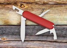 Ελβετική κόκκινη τρισδιάστατη απεικόνιση μαχαιριών στρατού διανυσματική απεικόνιση