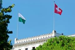 Ελβετική σημαία που κυματίζει από τον αέρα στο χωριό Λωζάνη Ouchy Στοκ Εικόνες