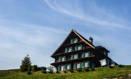 Ελβετικό αγροτικό σπίτι στην όμορφη ημέρα στοκ εικόνα