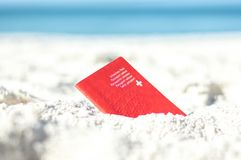 Ελβετικό διαβατήριο στην άμμο στην παραλία Στοκ εικόνες με δικαίωμα ελεύθερης χρήσης