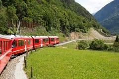 Ελβετικό τραίνο Bernina βουνών σαφές Στοκ Εικόνα