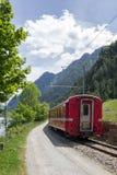 Ελβετικό τραίνο Bernina βουνών σαφές Στοκ Εικόνες
