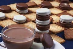 Ελεγκτές μπισκότου και ένα φλιτζάνι του καφέ Εκλεκτική εστίαση στοκ εικόνα με δικαίωμα ελεύθερης χρήσης