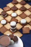 Ελεγκτές μπισκότου και ένα φλιτζάνι του καφέ Εκλεκτική εστίαση στοκ φωτογραφία με δικαίωμα ελεύθερης χρήσης