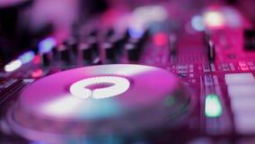Ελεγκτής αναμικτών του DJ στο κόμμα disco λεσχών νύχτας Δίνει την παίζοντας μουσική με τα κουμπιά φιλμ μικρού μήκους