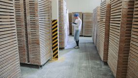 Ελεγκτής που ελέγχει την αποθήκη εργοστασίων φιλμ μικρού μήκους