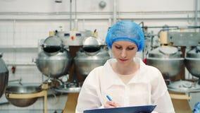 Ελεγκτής που ελέγχει το εργοστάσιο παρασκευής Εργοστάσιο καραμελών απόθεμα βίντεο