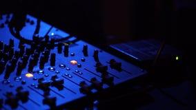 Ελεγκτής του DJ για τη μίξη της μουσικής στο κόμμα νύχτας και του ζωηρόχρωμου φωτός στη λέσχη disco Κλείστε επάνω το φορέα και το φιλμ μικρού μήκους
