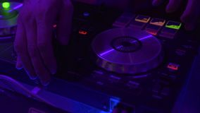 Ελεγκτής του DJ για τη μίξη της μουσικής στο κόμμα νύχτας και του ζωηρόχρωμου φωτός στη λέσχη disco Κλείστε επάνω το φορέα και το απόθεμα βίντεο