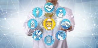 Ελεγκτικός ασθενής νοσοκομειακών γιατρών στην κλινική δοκιμή στοκ εικόνες