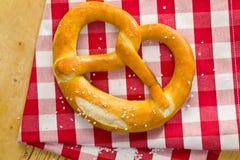 ελεγμένο pretzel πετσετών Στοκ φωτογραφία με δικαίωμα ελεύθερης χρήσης