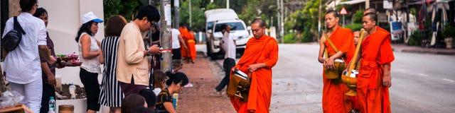 Ελεημοσύνες που δίνουν το πρωί όταν περπατούν οι μοναχοί από τις οδούς για τα τρόφιμα σε Luang Prabang, Λάος Στοκ φωτογραφία με δικαίωμα ελεύθερης χρήσης