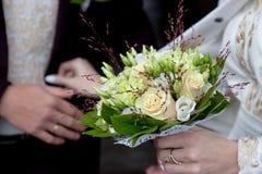 Ελεφαντόδοντο και πράσινη γαμήλια ανθοδέσμη των τριαντάφυλλων και των λουλουδιών γαρίφαλων στοκ εικόνα με δικαίωμα ελεύθερης χρήσης