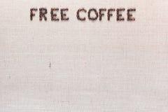 Ελεύθερες λέξεις καφέ φιαγμένες από φασόλια καφέ στον καμβά λινού, τακτοποιημένο τοπ κέντρο στοκ εικόνες με δικαίωμα ελεύθερης χρήσης