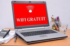 Ελεύθερη έννοια wifi στο franch με ένα lap-top ελεύθερη απεικόνιση δικαιώματος