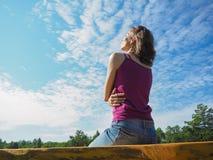 Ελεύθερη ευτυχής γυναίκα που απολαμβάνει τη φύση κορίτσι ομορφιάς υπαίθρι&o Κορίτσι ομορφιάς πέρα από τον ουρανό και τον ήλιο Στοκ Εικόνες