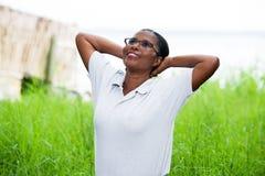 Ελεύθερη ευτυχής γυναίκα που απολαμβάνει τη φύση στοκ φωτογραφία με δικαίωμα ελεύθερης χρήσης