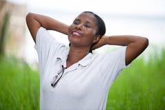 Ελεύθερη ευτυχής γυναίκα που απολαμβάνει τη φύση στοκ εικόνα
