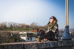 Ελεύθερη ευτυχής γυναίκα που απολαμβάνει τον ήλιο στοκ φωτογραφία