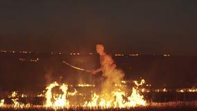 Ελεύθερη κατάρτιση μαχητών με το ξίφος στον καίγοντας τομέα νύχτας αργά απόθεμα βίντεο