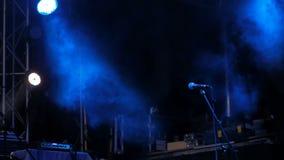 Ελεύθερη σκηνή με τα μπλε φω'τα πριν από τη συναυλία απόθεμα βίντεο