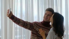 Ελεύθερος χρόνος διασκέδασης ζεύγους που παίρνει selfie τον τρόπο ζωής νεολαίας φιλμ μικρού μήκους