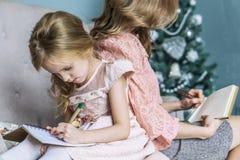 Ελεύθερος χρόνος μητέρων και κορών μαζί στο σπίτι στο καθιστικό στοκ φωτογραφία