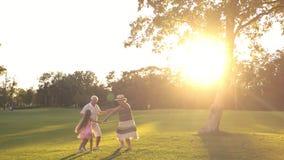 Ελεύθερος χρόνος των παππούδων και γιαγιάδων με το εγγόνι στο πάρκο απόθεμα βίντεο