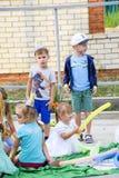 Ελεύθερος χρόνος των προσχολικών παιδιών Εμψυχωτές σε ένα κόμμα των παιδιών Να ενεργήσει και ανάπτυξη των παιχνιδιών για τα παιδι Στοκ Φωτογραφίες