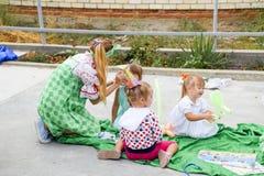 Ελεύθερος χρόνος των προσχολικών παιδιών Εμψυχωτές σε ένα κόμμα των παιδιών Να ενεργήσει και ανάπτυξη των παιχνιδιών για τα παιδι Στοκ Εικόνες