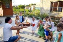 Ελεύθερος χρόνος των προσχολικών παιδιών Εμψυχωτές σε ένα κόμμα των παιδιών Να ενεργήσει και ανάπτυξη των παιχνιδιών για τα παιδι Στοκ εικόνες με δικαίωμα ελεύθερης χρήσης