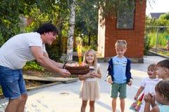 Ελεύθερος χρόνος των προσχολικών παιδιών Εμψυχωτές σε ένα κόμμα των παιδιών Να ενεργήσει και ανάπτυξη των παιχνιδιών για τα παιδι Στοκ εικόνα με δικαίωμα ελεύθερης χρήσης