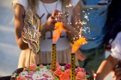 Ελεύθερος χρόνος των προσχολικών παιδιών Εμψυχωτές σε ένα κόμμα των παιδιών Να ενεργήσει και ανάπτυξη των παιχνιδιών για τα παιδι Στοκ Φωτογραφία