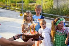 Ελεύθερος χρόνος των προσχολικών παιδιών Εμψυχωτές σε ένα κόμμα των παιδιών Να ενεργήσει και ανάπτυξη των παιχνιδιών για τα παιδι Στοκ φωτογραφία με δικαίωμα ελεύθερης χρήσης